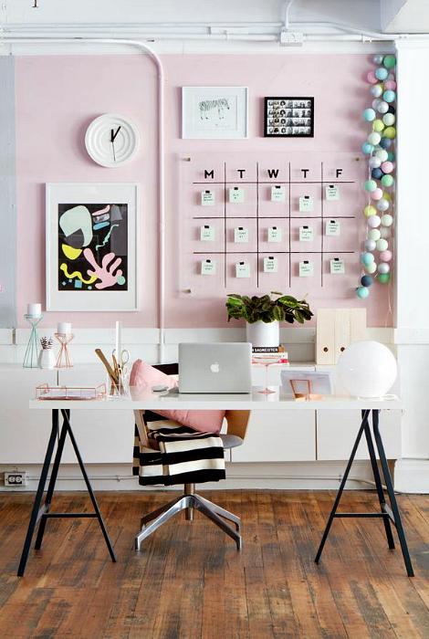 Стильное рабочее пространство в розовом цвете.