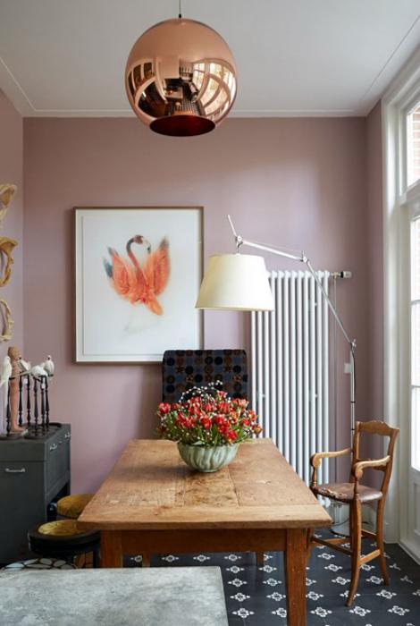 Столовая с розовыми стенами.