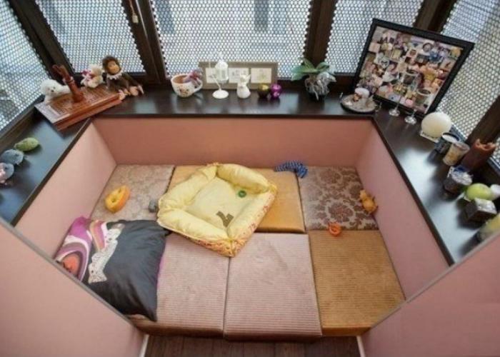 Широкие подоконники и пол устеленный подушками, сделают лоджию теплой и уютной.