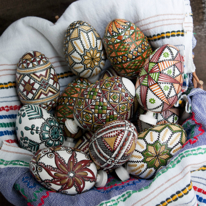 Яйца, расписанные воском.