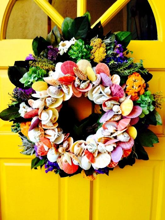 Венок из цветов и ракушек.