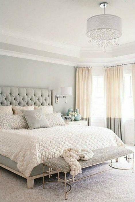 Спальня, оформленная в кремовых тонах.