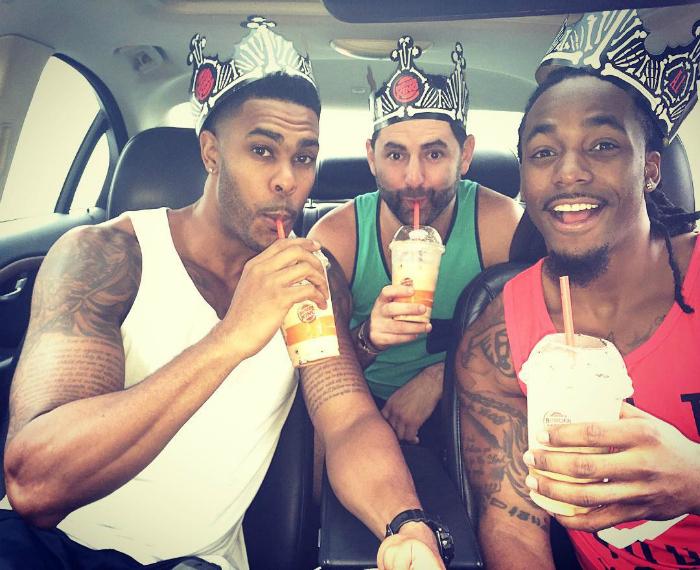 С ребятами в машине.