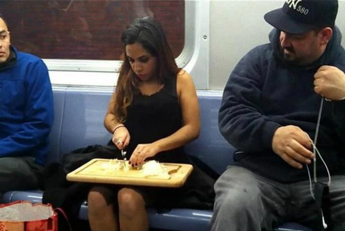 Обеденное время в метро.