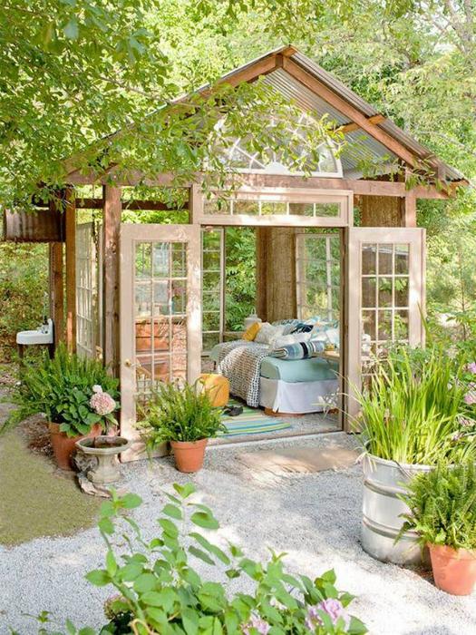 Садовая беседка из дерева и стекла.