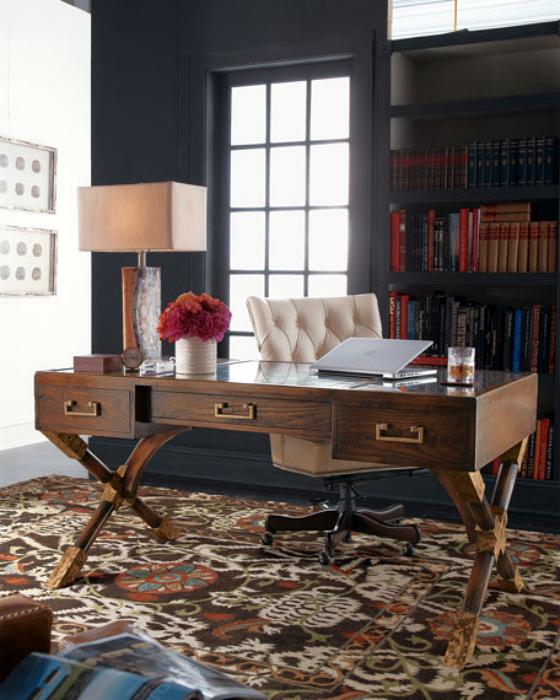 Рабочее пространство с красивым деревянным столом.