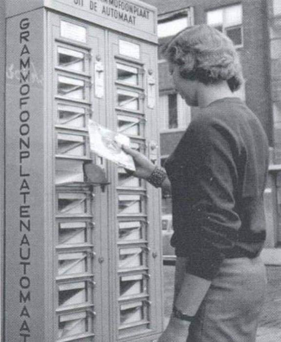 Музыкальный автомат с множеством пластинок.