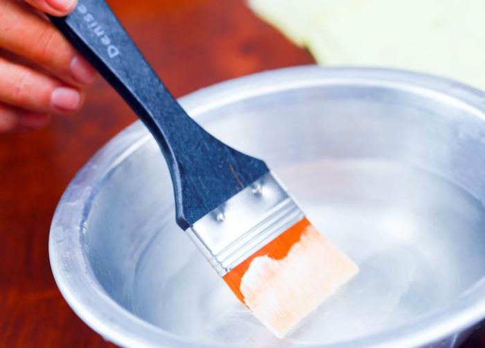 Очистить малярную кисть от засохшей краски.