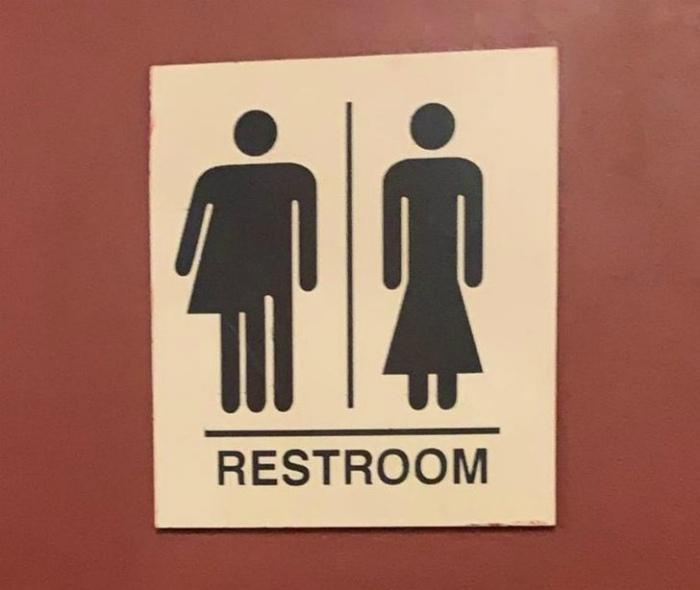 Для женщин в длинных платьях и для мужчин наполовину в женском...   Фото: AdMe.