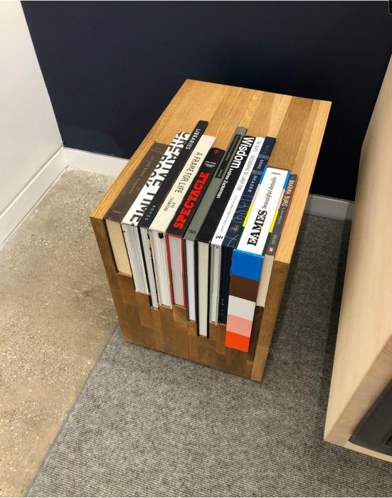 Деревянная подставка для книг. | Фото: Reddit.