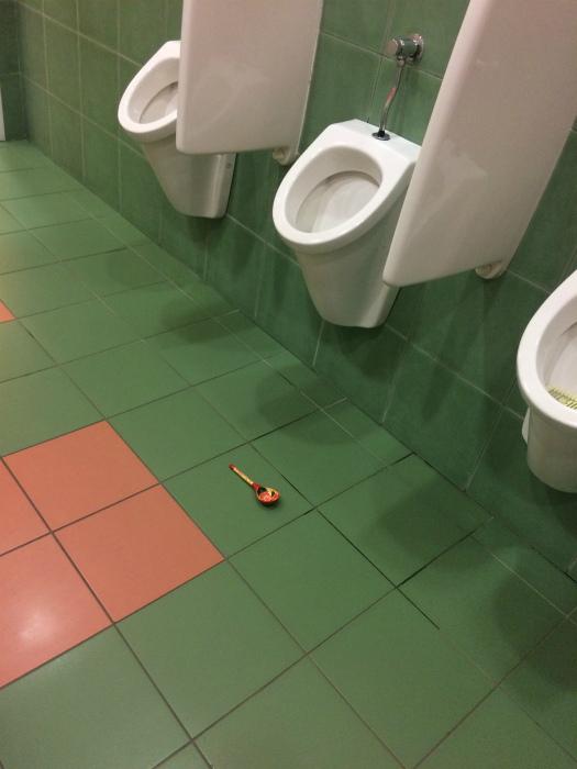 Кто забыл ложку в туалете? | Фото: Pikabu.