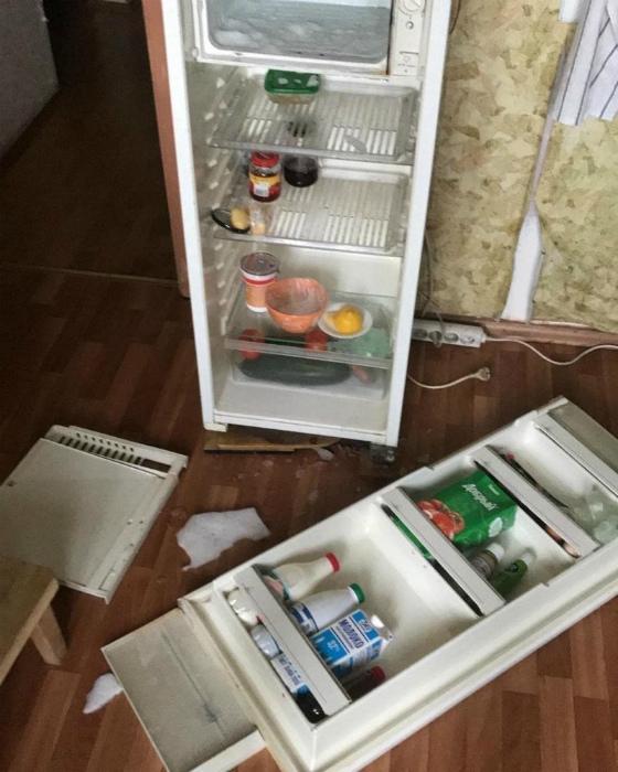Похоже, кто-то слишком часто лазит в холодильник... | Фото: Приколы на Досенг.