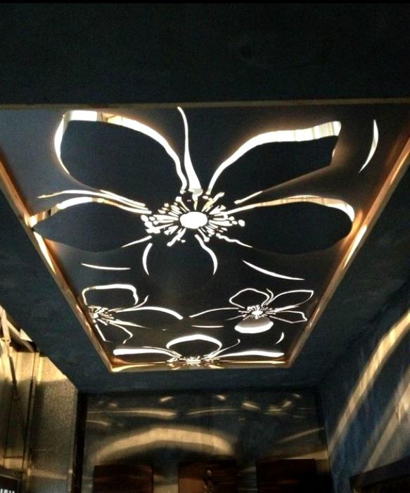 Подвесной потолок, украшенный объемными цветами.