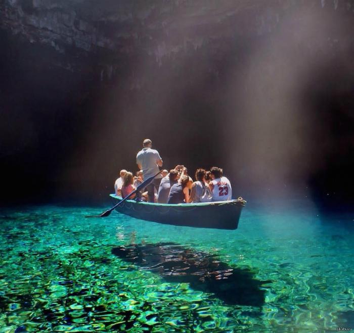 Кристально-чистое озеро Милиссан, Греция.