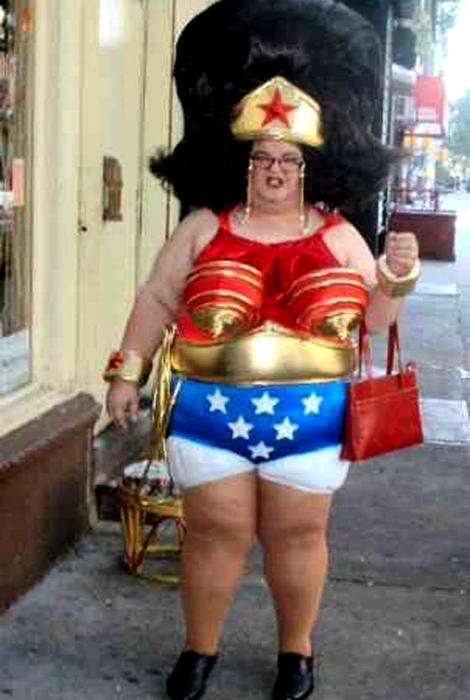 Чудная женщина в костюме.
