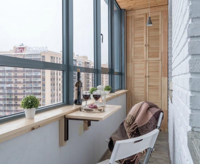 Аскетичный балкон с минимумом мебели. | Фото: pinterest.com.
