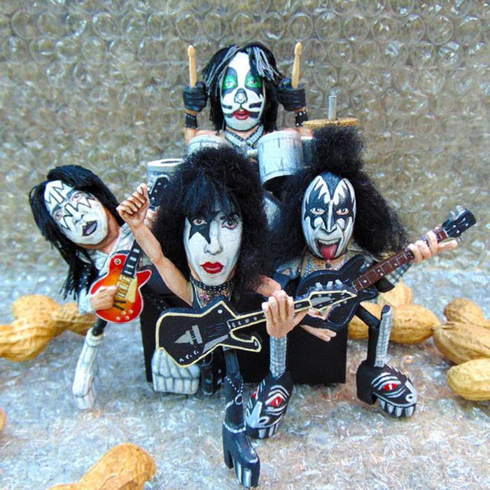 Знаменитая рок-группа из арахисовой скорлупы.