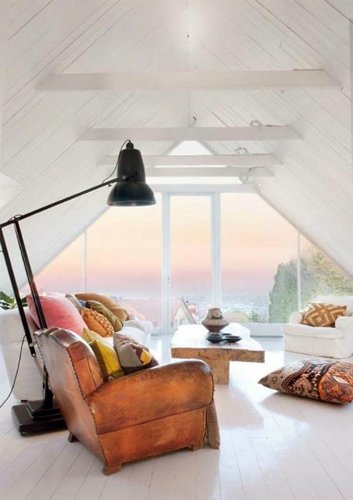 Треугольное окно в белоснежной раме. Швеция.