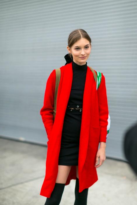 Красное пальто и черное платье.
