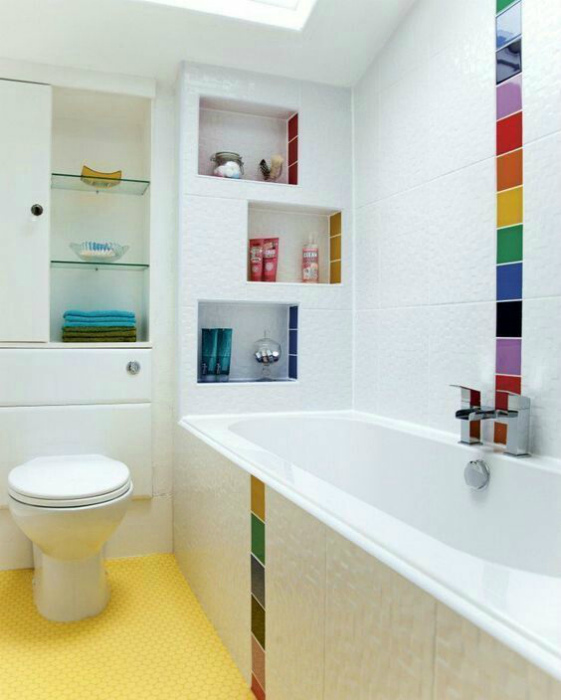Белая ванная с полосками цвета.