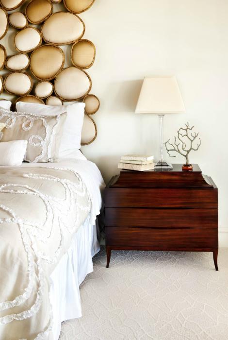Изголовье кровати, которое напоминает морские камешки.