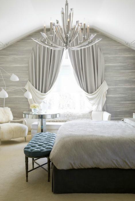 Изысканный интерьер мансардной спальни.