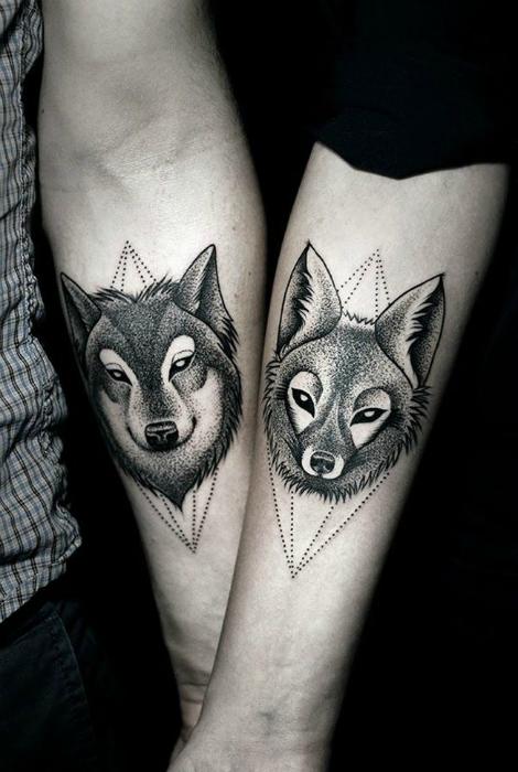 Парные татуировки с изображениями волков.
