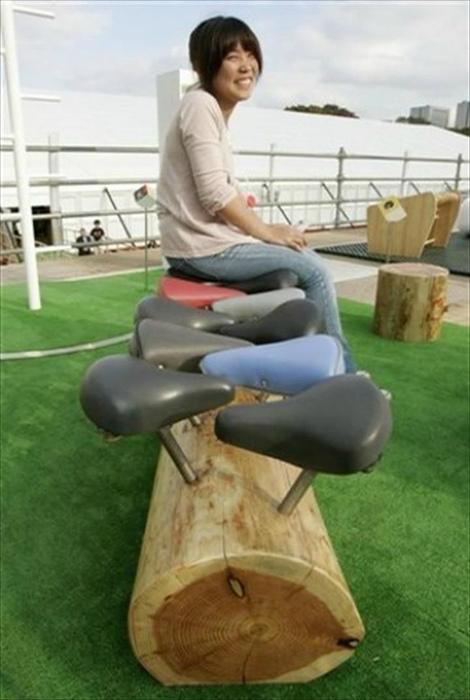 Скамейка из бревна и велосипедных деталей.