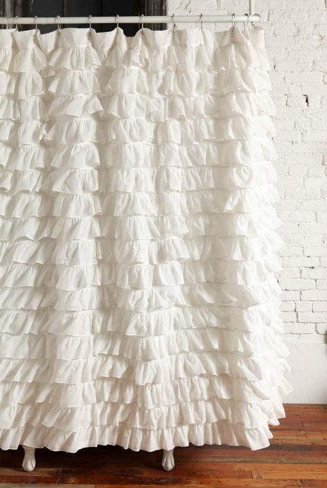 Белая штора с оборками.