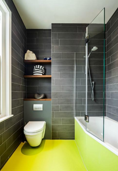 Серый санузел с ярким полом.