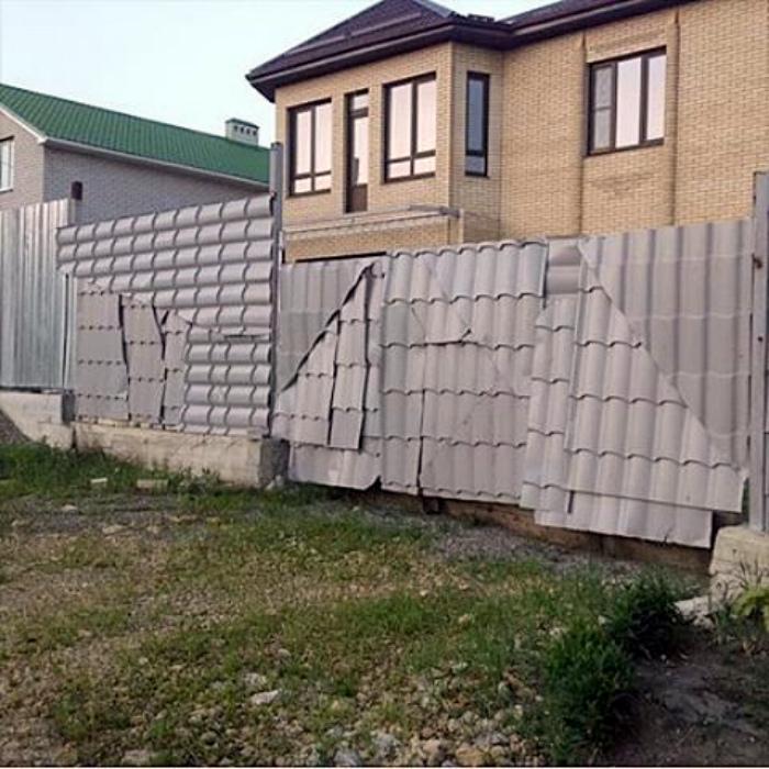 Забор в стиле пэчворк.
