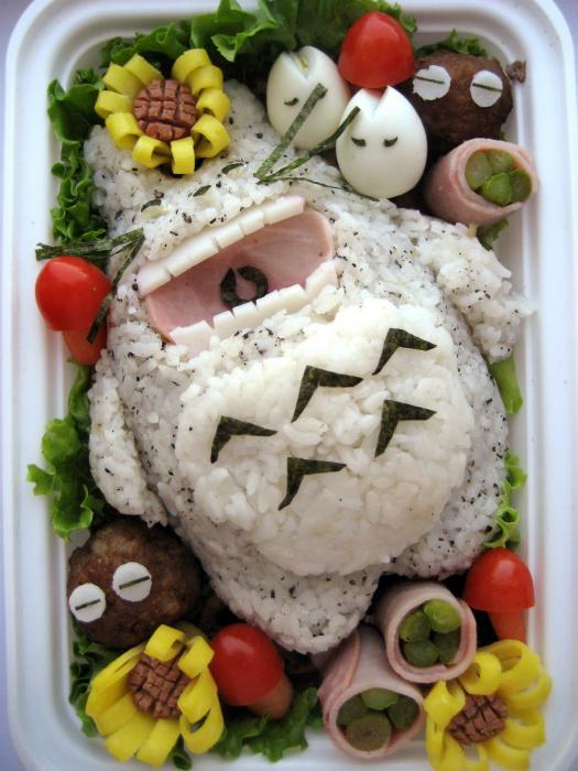 Забавный Тоторо из риса в окружении яиц, бекона и овощей.