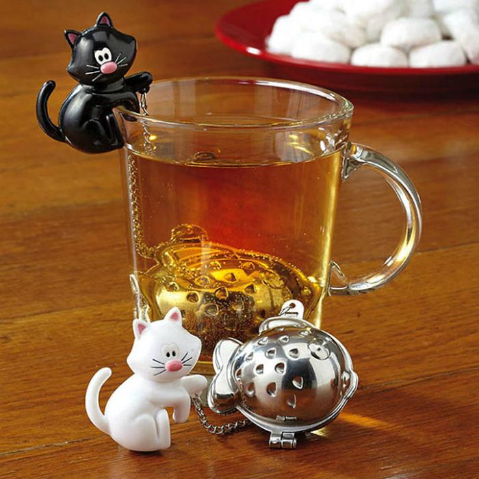 Сито для заварки чая, которое крепится к чашке с помощью фигурки котенка.