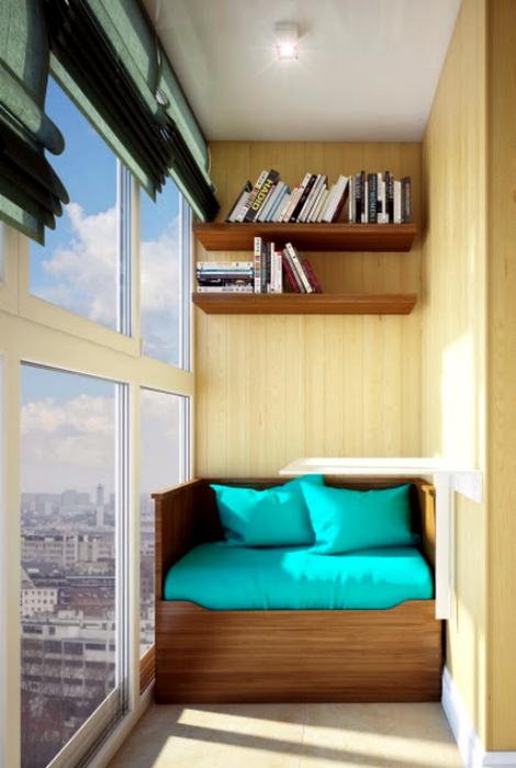 Уютный балкон с ярким диванчиком.