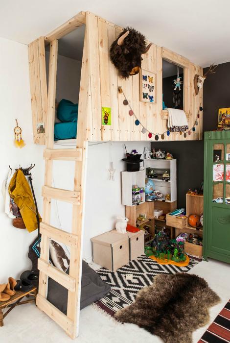 Простая комната с винтажной мебелью и оригинальной кроватью, стилизованной под деревянный домик.