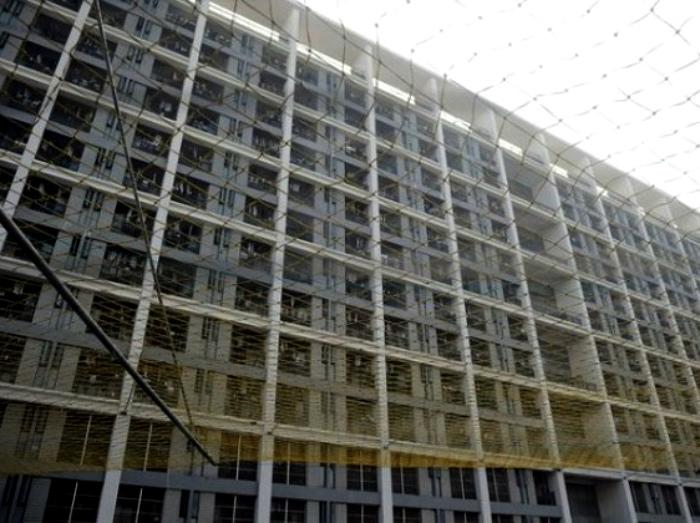 Сетки, натянутые над офисными зданиями.