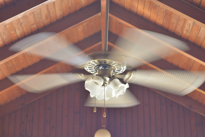 Используйте потолочный вентилятор, чтобы разогнать теплый воздух, который обычно скапливается под потолком.