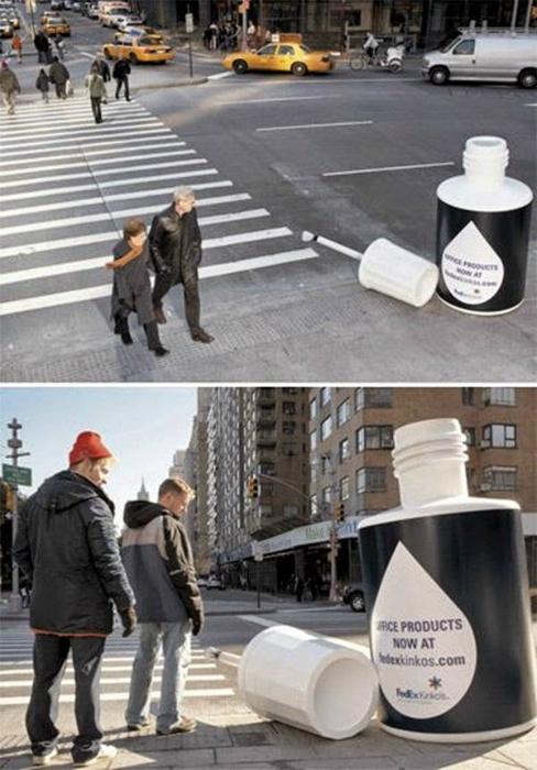 Огромная бутылочка штрих-корректора в центре города.