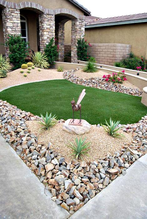 Задний двор, украшенный камнями, галькой и мраморной крошкой.