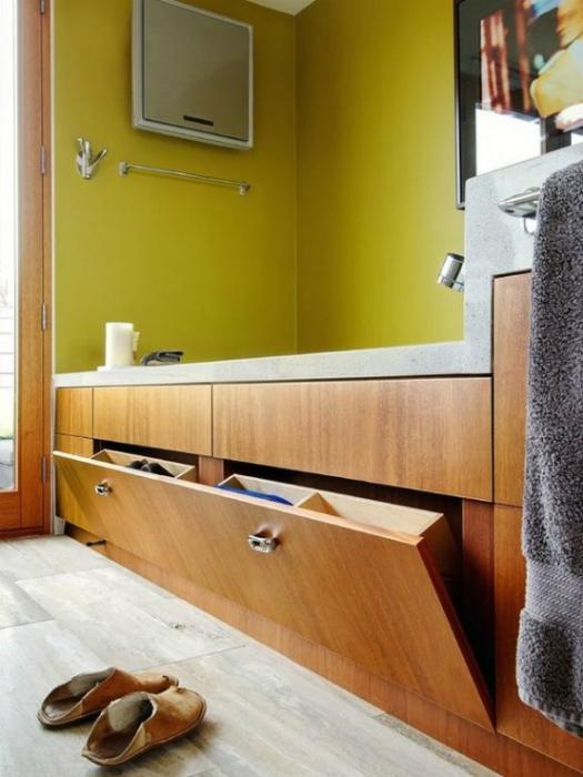 Скрытая полка под ванной.