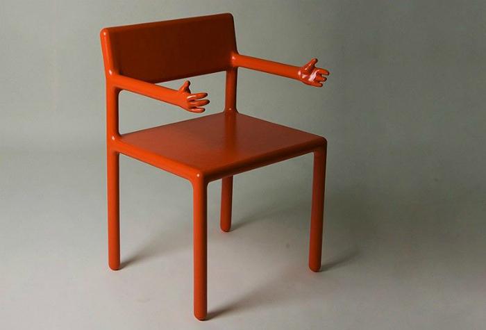 Оригинальный стул с ручками, на который невозможно не присесть.