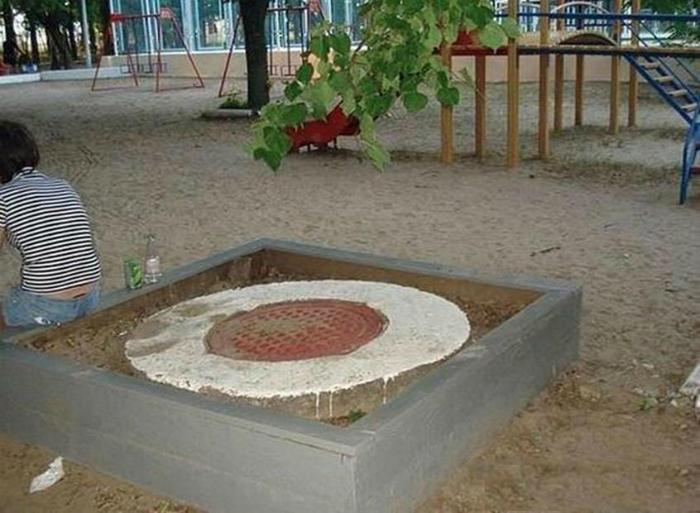 Песочница с люком.