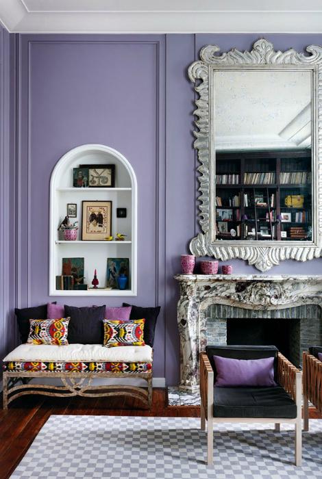 lujosa sala de estar con paredes de color púrpura.