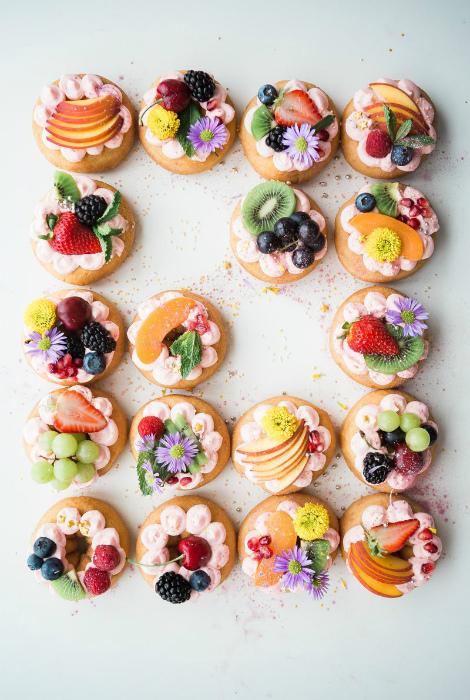 Кексы, украшенные фруктами.