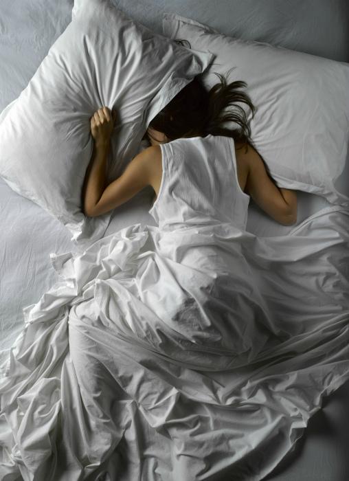 Привычка спать лицом в подушку.