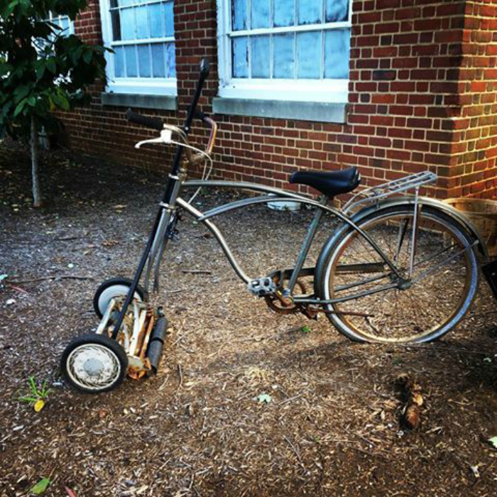 Велосипед-газонокосилка.