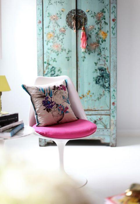 Старый шкаф можно оживить, разукрасив его цветочными узорами.