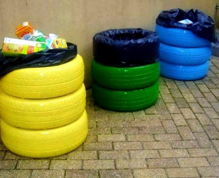 Яркие мусорные контейнеры.
