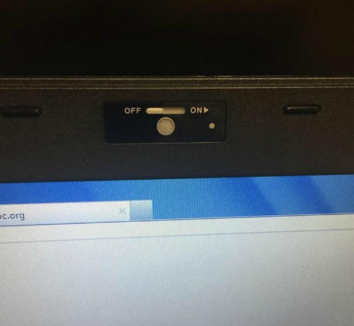 Защелка для веб-камеры.