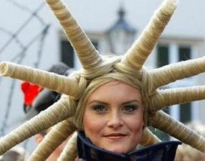 Замысловатые «лучи» из волос.